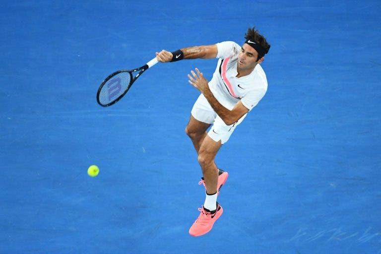 [VÍDEO] Roger Federer surpreende e chama fora… o seu próprio serviço