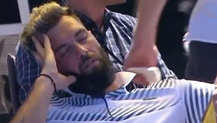 [VÍDEO] Paire queixa-se do horário do seu encontro e 'adormece' em court