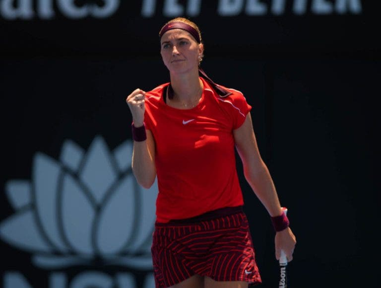 Kvitova arrasa campeã em título Kerber e apura-se para as 'meias' em Sydney