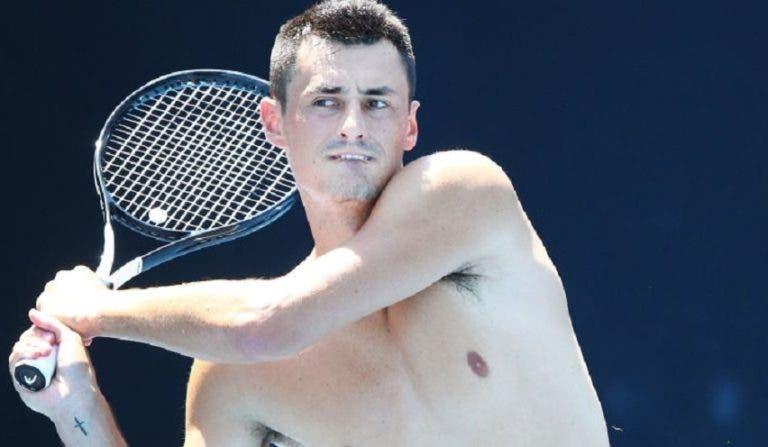 Tomic arrasa a nova bola do Australian Open: «Quiseram poupar dinheiro e deu nisto»