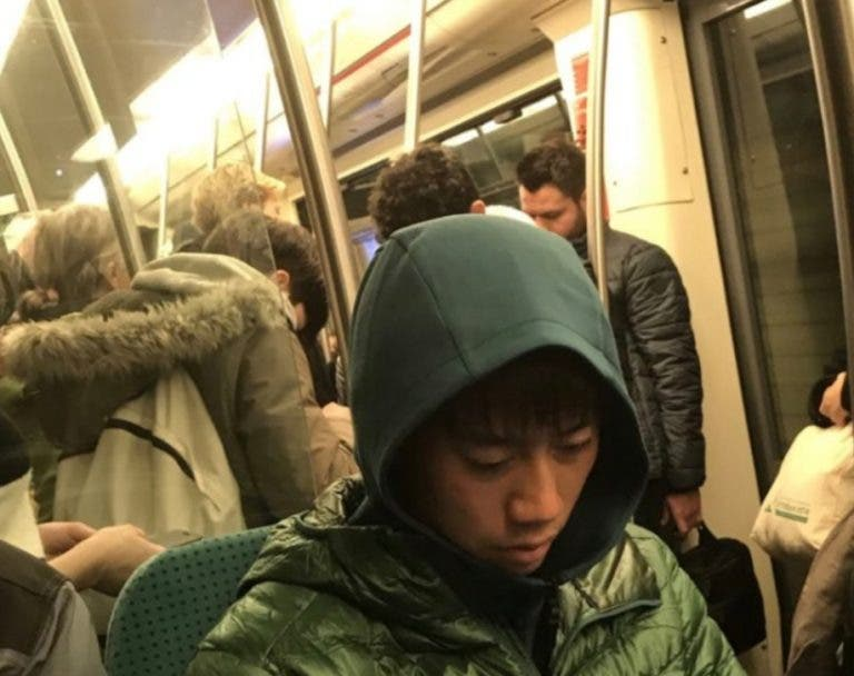 [FOTOS] Nishikori foi para o torneio em Roterdão… de metro