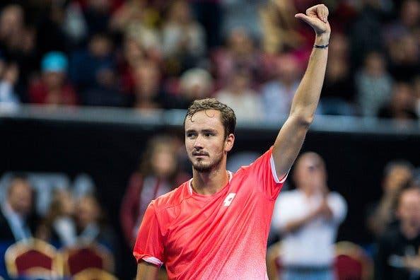 Medvedev supera enorme batalha frente ao gigante Opelka e marca encontro Federer em Miami