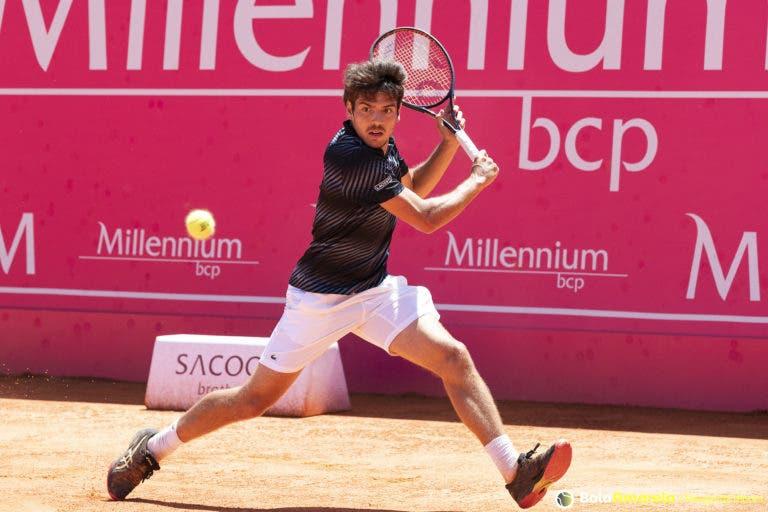 Domingues vence e fica a dois triunfos do quadro principal em Roland Garros