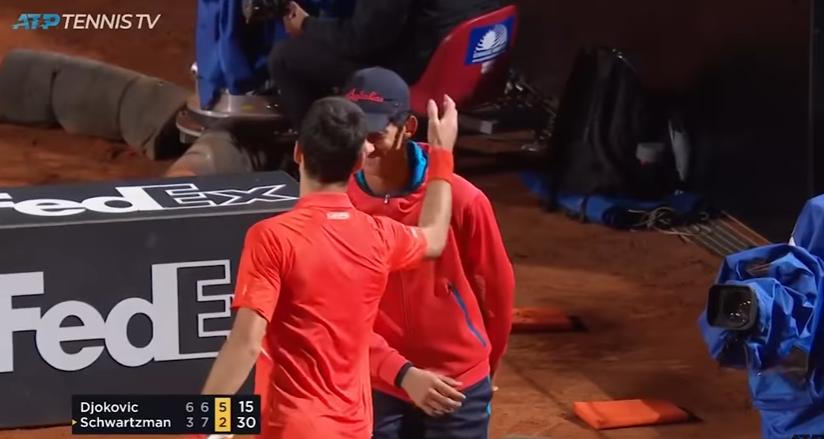 [VÍDEO] Djokovic acertou em cheio num apanha-bolas e reagiu com 'carinho'