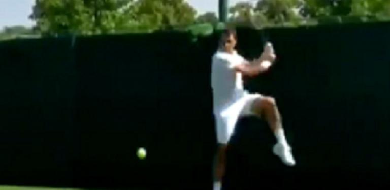 [VÍDEO] Federer bate a esquerda a duas mãos (e grita) no treino pré-Wimbledon