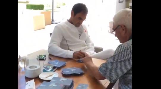 Com a ajuda do pai, Federer dedicou dia de folga em Wimbledon para responder a cartas de fãs