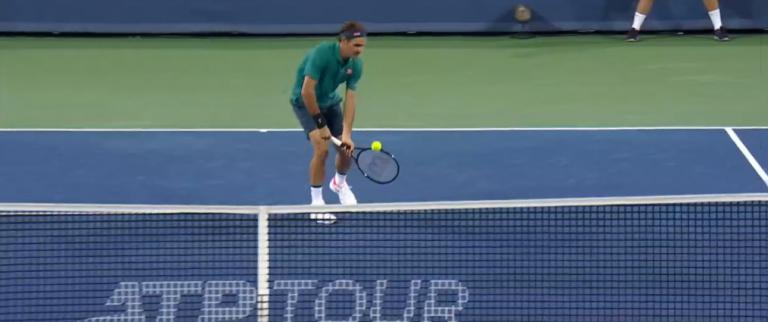 [VÍDEO] Federer salvou um break point com um half volley… a duas mãos