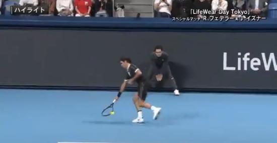 [VÍDEO] Federer faz obra de arte em Tóquio e Isner nem quer acreditar