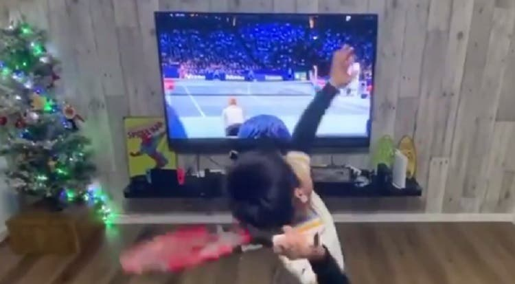 [VÍDEO] Fantástico: miúdo de 6 anos imita Federer em frente à televisão