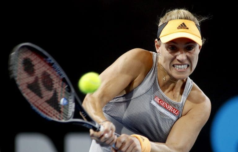 A dias do início do Australian Open, Kerber desiste por lesão nas costas em Adelaide