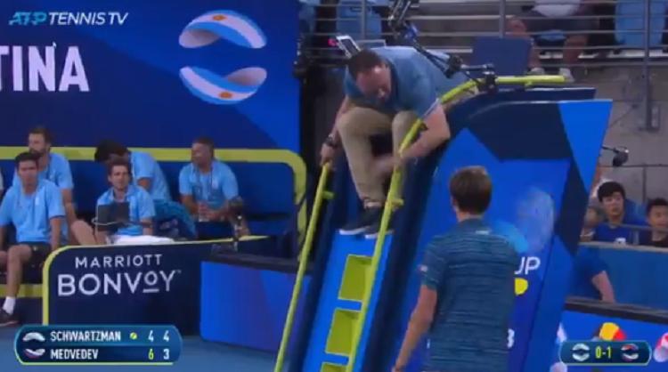 [VÍDEO] Medvedev leva ponto de penalização após ser agressivo com o árbitro