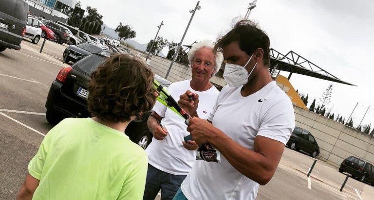 Rafa Nadal dá autógrafos de máscara em Maiorca