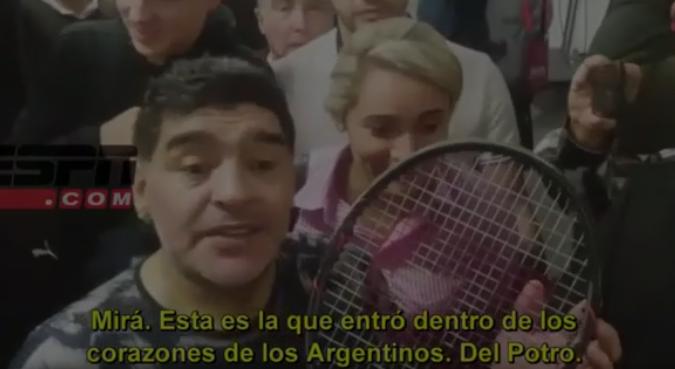 """[Vídeo] Maradona mostra a raqueta que """"está no coração dos argentinos"""""""