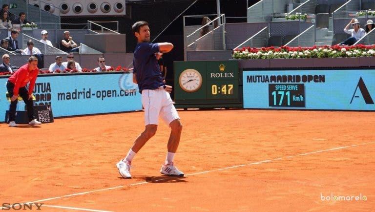 [Vídeo] Djokovic canta parabéns a Manolo Santana em pleno court