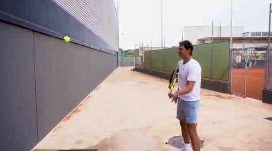 Rafa Nadal aceita desafio nas redes sociais e faz 'volleys' contra o cancro