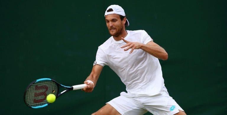João Sousa deixa escapar muitas oportunidades em Wimbledon e cai após duríssima batalha