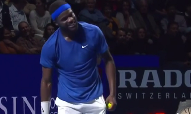 [VÍDEO] Tiafoe arrota em court e o público não se contém