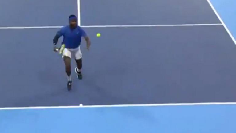 [VÍDEO] Tiafoe encanta com winner de costas para a rede