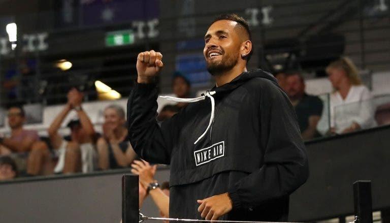 Kyrgios gera polémica ao ir para as bancadas torcer contra… Djokovic