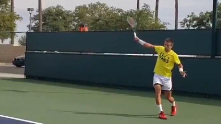 [VÍDEO] Coric aproveita tempo livre para treinar a esquerda… a uma mão
