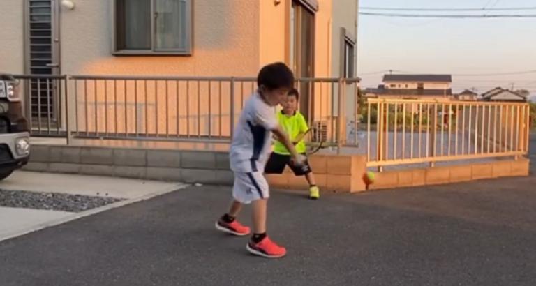 [VÍDEO] Manos japoneses imitam Federer e Djokovic… com estilo