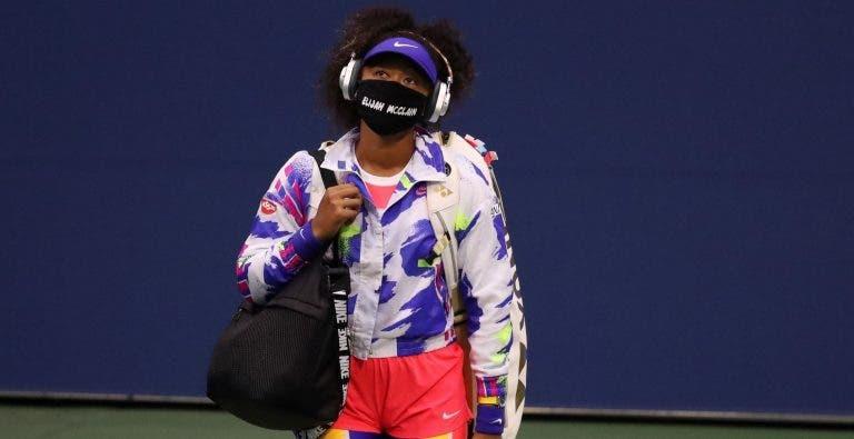 Osaka emociona-se com mensagem de pais de 2 pessoas que tinha 'inscrito' na máscara