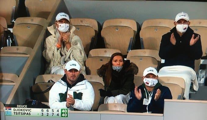 Mulher de Djokovic esclarece polémica sobre membro do staff do sérvio estar na bancada sem máscara
