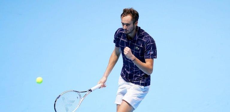 Medvedev despacha Djokovic e passa às meias-finais em 1.º lugar