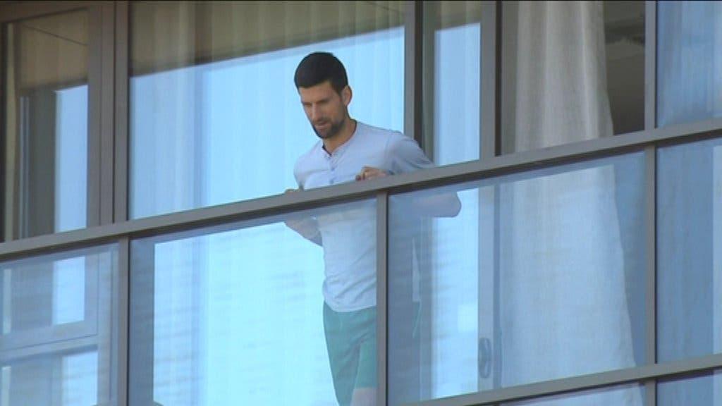 [VÍDEO] Isolado no quarto, Djokovic vai à varanda falar com adepto