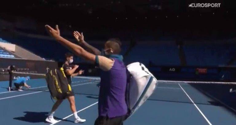 [VÍDEO] Kyrgios volta a fazer das suas: perdeu nos pares e… imitou o festejo de Djokovic