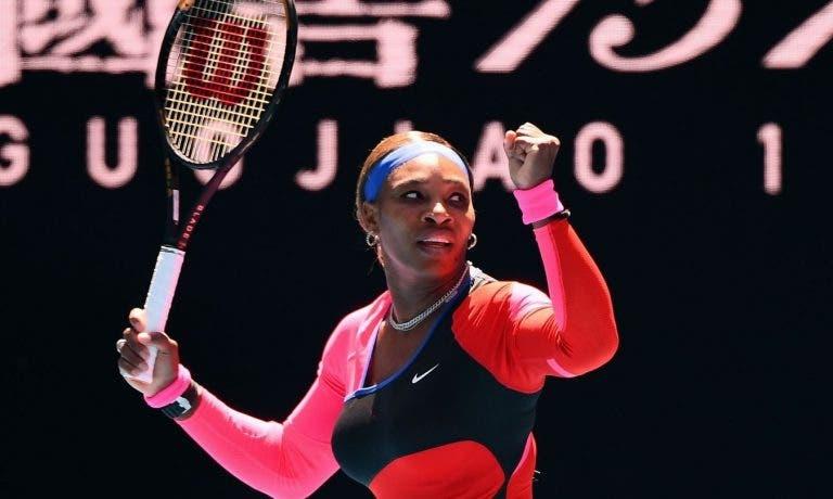 Serena Williams sai do buraco mas vence e marca duelo com Sabalenka