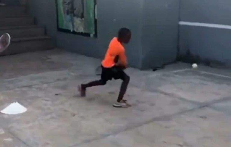 O emocionante vídeo de crianças a jogar em África a que ninguém fica indiferente