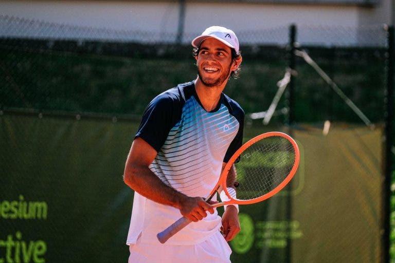Nuno Borges dá a volta a um set e um break de desvantagem rumo aos 'quartos' em Oeiras
