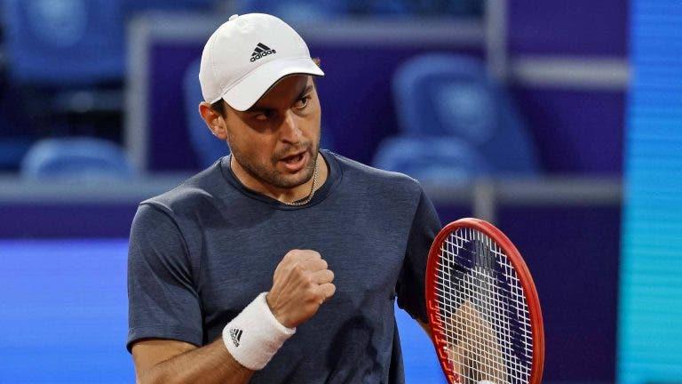 """Karatsev vinga-se e derrota Djokovic na """"sua"""" casa em duelo épico rumo à final em Belgrado"""