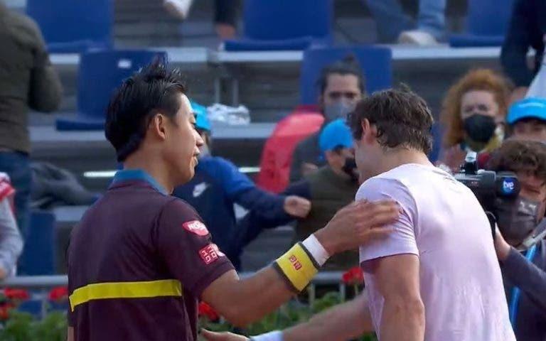 Nishikori andou perto da derrota mas vira e avança na estreia em Barcelona