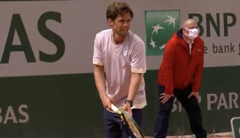 Pedro Sousa desperdiça vantagem e chuva trava duelo em Roland Garros antes do 3.º set