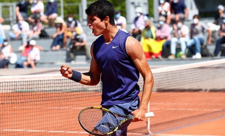 Sem mangas como Nadal em 2005, Alcaraz alcança primeira vitória da carreira no quadro de Roland Garros