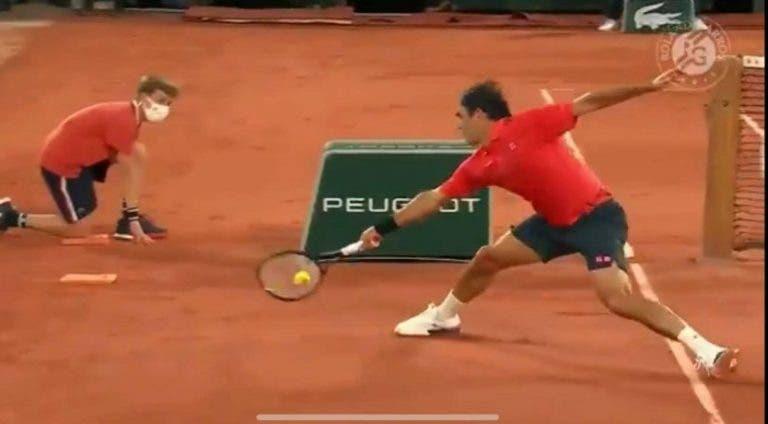 [VÍDEO] Federer ganha ponto com bola… por fora da rede!