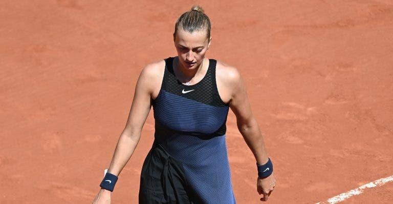Kvitova desiste de Roland Garros após torcer o pé… enquanto dava entrevistas