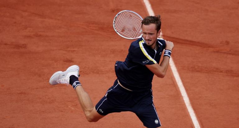 Medvedev joga muito, arrasa Garín e vai aos 'quartos' em Roland Garros