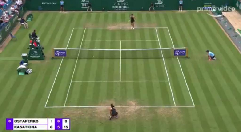 [VÍDEO] Inacreditável! Ostapenko atira bola para a rede, ganha o ponto… e ninguém reparou