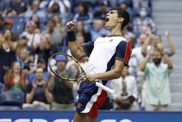 INCRÍVEL! Alcaraz ultrapassa Tsitsipas em batalha memorável e estreia-se nos 'oitavos' de um Grand Slam