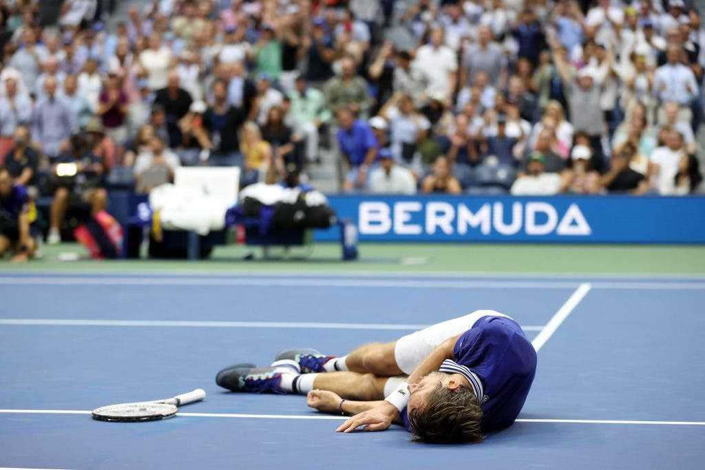 [VÍDEO] O momento em que Medvedev se tornou campeão de Grand Slam… e o peculiar festejo
